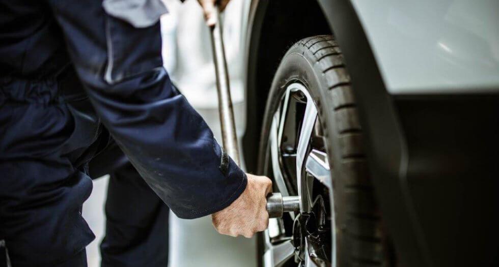 homem trocando pneu de carro